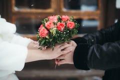 Νυφική ανθοδέσμη των κόκκινων τριαντάφυλλων Στοκ εικόνες με δικαίωμα ελεύθερης χρήσης