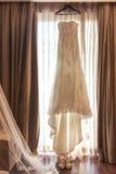 Νυφική ενδυμασία που περιμένει τη νύφη Στοκ Εικόνες