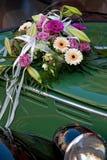 νυφικό αυτοκίνητο ανθοδ& Στοκ φωτογραφία με δικαίωμα ελεύθερης χρήσης