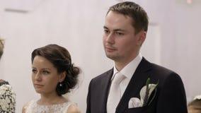 Νυφικό ζευγάρι κατά τη διάρκεια της γαμήλιας τελετής. απόθεμα βίντεο