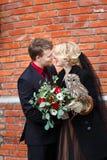 Νυφικό ζεύγος με την κουκουβάγια Στοκ Εικόνες