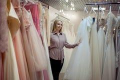 Νυφικό κατάστημα Μεγάλη κατάταξη των άσπρων και χρωματισμένων φορεμάτων, σύγχρονη γαμήλια μόδα Στοκ φωτογραφίες με δικαίωμα ελεύθερης χρήσης