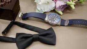 Νυφικό μπουκέτο λουλουδιών ανθοδεσμών με το γαμήλιους δεσμό και τα δαχτυλίδια απόθεμα βίντεο