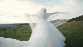 Νυφικό πέπλο νύφης που φυσά στον αέρα απόθεμα βίντεο
