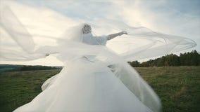Νυφικό πέπλο νύφης που φυσά στον αέρα 2 απόθεμα βίντεο