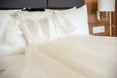 Νυφικό πανέμορφο φόρεμα στο κρεβάτι Στοκ εικόνες με δικαίωμα ελεύθερης χρήσης