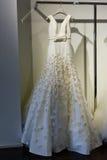 Νυφικό φόρεμα κατά τη διάρκεια του Βίκτωρ και του Rolf Mariage Spring/της παρουσίασης θερινής 2018 συλλογής Στοκ Φωτογραφία