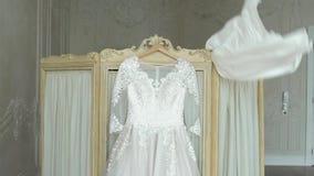 Νυφών που βάζει στο γαμήλιο φόρεμα απόθεμα βίντεο