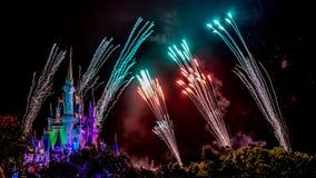Νυχτερινά θεαματικά πυροτεχνήματα επιθυμιών Στοκ εικόνα με δικαίωμα ελεύθερης χρήσης