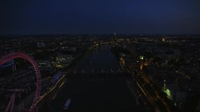 Νυχτερινά φωτεινά φω'τα της στο κέντρο της πόλης αρχιτεκτονικής του Λονδίνου στο καταπληκτικό εναέριο πανόραμα εικονικής παράστασ απόθεμα βίντεο