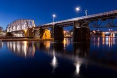 Νυχτερινή γέφυρα σιδηροδρόμου πέρα από το ρεύμα Στοκ Φωτογραφία
