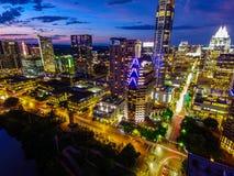 Νυχτερινή εικονική παράσταση πόλης του Ώστιν Τέξας πέρα από τους στο κέντρο της πόλης ουρανοξύστες Στοκ Εικόνα