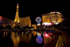 Νυχτερινή ζωή κατά μήκος του διάσημου Las Vegas Strip με Bally, του Παρισιού και των χαρτοπαικτικών λεσχών Hollywood πλανητών Στοκ εικόνα με δικαίωμα ελεύθερης χρήσης