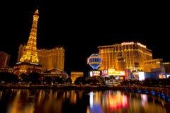 Νυχτερινή ζωή κατά μήκος του διάσημου Las Vegas Strip με Bally, του Παρισιού και των χαρτοπαικτικών λεσχών Hollywood πλανητών Στοκ φωτογραφία με δικαίωμα ελεύθερης χρήσης