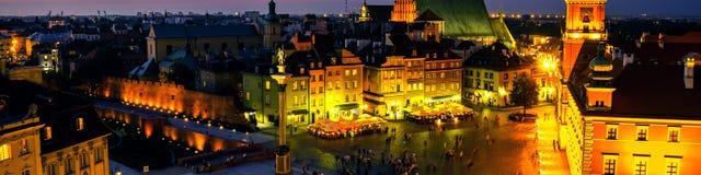 Νυχτερινή ζωή στη Βαρσοβία, Πολωνία, άνθρωποι στο τετράγωνο παλατιών Στοκ φωτογραφία με δικαίωμα ελεύθερης χρήσης