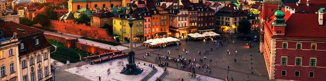 Νυχτερινή ζωή στη Βαρσοβία, Πολωνία, άνθρωποι στο τετράγωνο παλατιών Στοκ Φωτογραφίες
