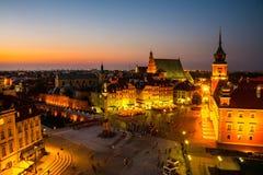 Νυχτερινή ζωή στη Βαρσοβία, Πολωνία, άνθρωποι στο τετράγωνο παλατιών Στοκ εικόνες με δικαίωμα ελεύθερης χρήσης