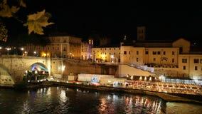 Νυχτερινή ζωή στη Ρώμη στον ποταμό Tiber απόθεμα βίντεο