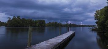 Νυχτερινή καταιγίδα στη λίμνη Moultrie, νότια Καρολίνα στοκ φωτογραφία με δικαίωμα ελεύθερης χρήσης