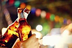 Νυχτερινή κατανάλωση κομμάτων κρασιού μπύρας ευθυμιών στοκ φωτογραφία