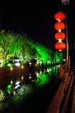 Νυχτερινή σκηνή όχθεων ποταμού στην κινεζική πόλη Στοκ Εικόνες