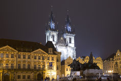 Νυχτερινοί φωτισμοί της εκκλησίας παραμυθιού της κυρίας μας Tyn (1365) στη μαγική πόλη της Πράγας, Τσεχία Στοκ Εικόνα