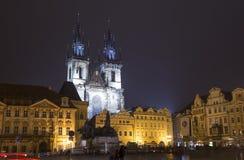 Νυχτερινοί φωτισμοί της εκκλησίας παραμυθιού της κυρίας μας Tyn (1365) στη μαγική πόλη της Πράγας, Τσεχία Στοκ Φωτογραφίες