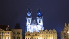 Νυχτερινοί φωτισμοί της εκκλησίας παραμυθιού της κυρίας μας Tyn (1365) στη μαγική πόλη της Πράγας, Τσεχία στοκ εικόνες