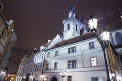 Νυχτερινοί φωτισμοί της εκκλησίας παραμυθιού της κυρίας μας Tyn (1365) στη μαγική πόλη της Πράγας, Τσεχία Στοκ εικόνες με δικαίωμα ελεύθερης χρήσης
