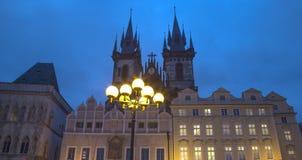Νυχτερινοί φωτισμοί της εκκλησίας παραμυθιού της κυρίας μας Tyn (1365) στη μαγική πόλη της Πράγας, Τσεχία Στοκ φωτογραφίες με δικαίωμα ελεύθερης χρήσης