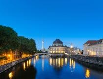 Νυχτερινοί φωτισμοί του νησιού μουσείων στο Βερολίνο, Γερμανία στοκ εικόνες