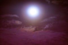 Νυχτερινός ουρανός με τα σύννεφα και σεληνόφωτο με λαμπρό Στοκ Φωτογραφία
