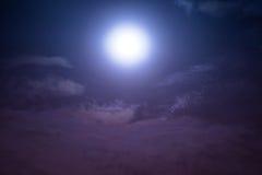 Νυχτερινός ουρανός με τα σύννεφα και σεληνόφωτο με λαμπρό Στοκ Εικόνα