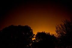 Νυχτερινός ουρανός με την πυράκτωση πόλεων στοκ φωτογραφία με δικαίωμα ελεύθερης χρήσης
