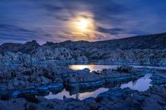 Νυχτερινός ουρανός με τη πανσέληνο επάνω από τη λίμνη Watson σε Prescott, Αριζόνα Στοκ φωτογραφίες με δικαίωμα ελεύθερης χρήσης