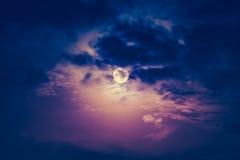 Νυχτερινός ουρανός με το νεφελώδες και όμορφο φεγγάρι Εκλεκτής ποιότητας τόνος επίδρασης Στοκ εικόνες με δικαίωμα ελεύθερης χρήσης