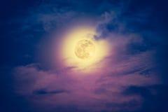 Νυχτερινός ουρανός με το νεφελώδες και όμορφο φεγγάρι Εκλεκτής ποιότητας τόνος επίδρασης Στοκ Φωτογραφία