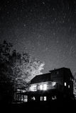 Νυχτερινός ουρανός πέρα από το σπίτι Στοκ Εικόνες