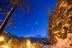 Νυχτερινός ουρανός στα όρη με το χιόνι Στοκ εικόνα με δικαίωμα ελεύθερης χρήσης