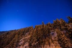 Νυχτερινός ουρανός στα όρη με το χιόνι Στοκ Φωτογραφίες