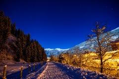 Νυχτερινός ουρανός στα όρη με το χιόνι Στοκ Φωτογραφία