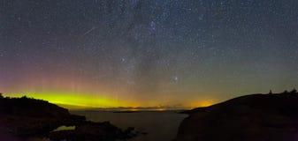 Νυχτερινός ουρανός φθινοπώρου με τα αστέρια και τα βόρεια φω'τα Στοκ Φωτογραφία