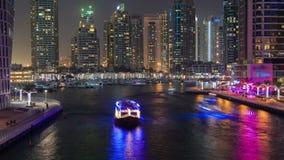 Νυχτερινό σφάλμα καναλιών νερού μαρινών του Ντουμπάι Κάνετε πανοραμική λήψη προς τα πάνω απόθεμα βίντεο