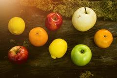 Νωποί καρποί, διάφορα φρούτα, υγιή τρόφιμα, ξύλινος πίνακας, υπόβαθρο Bokeh στοκ φωτογραφία
