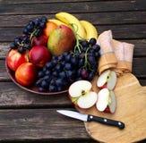 Νωποί καρποί με τα μήλα και τα σταφύλια Στοκ εικόνα με δικαίωμα ελεύθερης χρήσης
