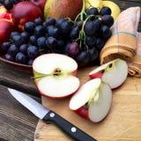 Νωποί καρποί με τα μήλα και τα σταφύλια Στοκ Εικόνες