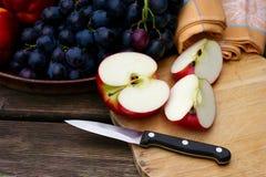 Νωποί καρποί με τα μήλα και τα σταφύλια Στοκ Φωτογραφίες