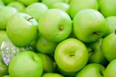 Νωποί καρποί στα ράφια, πράσινο μήλο Στοκ φωτογραφίες με δικαίωμα ελεύθερης χρήσης