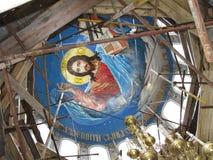 Νωπογραφία στο ανώτατο όριο του θόλου του χριστιανικού πολυελαίου ναών και χαλκού Αποκατάσταση Ιστορική κληρονομιά της Ρωσίας Ένν στοκ φωτογραφία