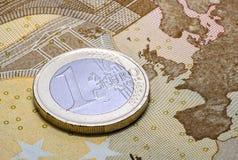 Νόμισμα ένα ευρώ στο τραπεζογραμμάτιο πενήντα ευρώ Στοκ Εικόνα